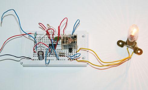 Aufbau der NE555 Sensorschaltung auf einem Steckboard