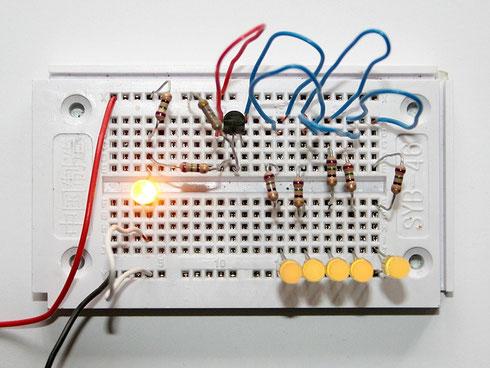 Mit dieser Schaltung flackern alle LEDs im Takt.