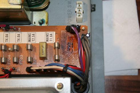 Die Netzteilplatine der Yamaha D85 mit ausgelöteten Kondensatoren