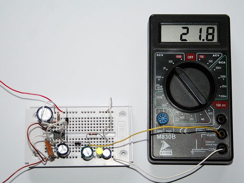 Ein Testaufbau des Spannungswandlers. Das Multimeter zeigt die Ausgangsspannung an.