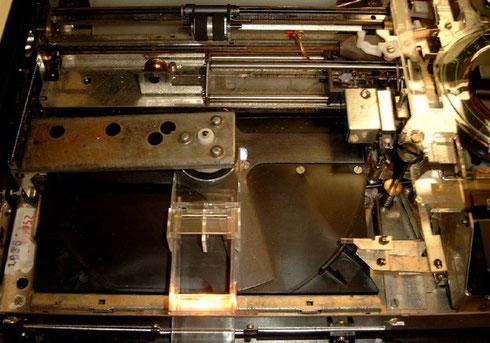 Das Laufwerk des Bildplattenspielers TP 1005, rechts zu sehen der Abtaster