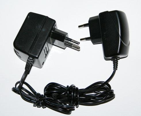 Links ein Trafonetzteil mit einer Leistung von 1,6 Watt. Rechts das kleinere und leichtere Schaltnetzteil hat eine fast dreimal so hohe Ausgangsleistung.
