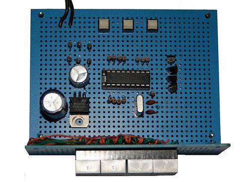 Digitaluhr mit PIC16F628 auf einer Lochrasterplatine