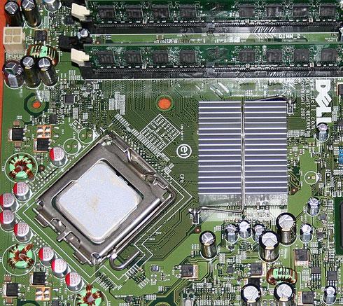 Computermainboard mit Spannungsreglern im linken Bereich