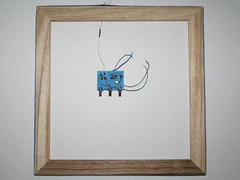 Das Radio mit angeschlossener Rahmenantenne aus einem Keilrahmen.