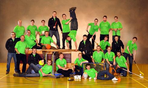Die Unihockeyriege zusammen mit der Aktivriege (Aufnahme 2013)