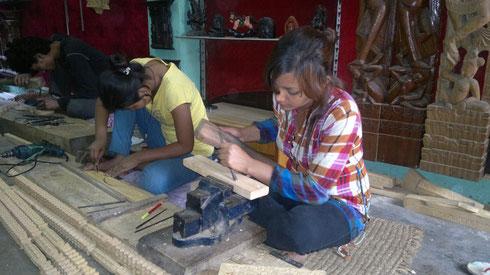 Shreejana et Usha Shresta, atelier de sculpture sur bois