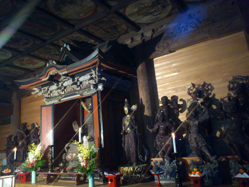 天井図や周りの仏像も素晴らしい。