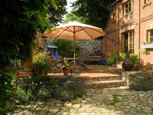Terrasse neu gebaut - aber behutsam angepasst mit authentischen Materialien. Der mediterrane Charme entsteht durch die Kombination von Stein- und Pflanzenwelt. Sonnenschein vorausgesetzt.