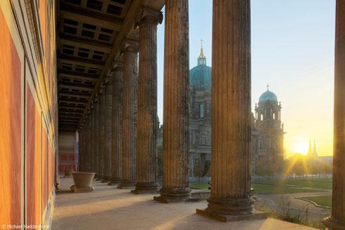 Altes Museum. Blick durch die ionischen Säulen der Vorhalle.
