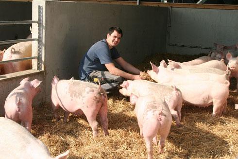 Jungbauer Lorenz im neuen Schweinestall