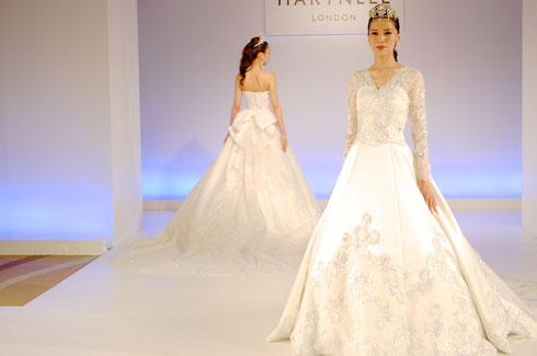 グリッターやラメなどをふんだんに使用した豪華でラグジュアリーな「ハートネル・ロンドン」のウェディングドレス