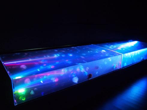 宇宙空間をさまようクラゲをイメージし、レーザー光線で幻想的なクラゲの舞を表現した「スペースジェリウム」