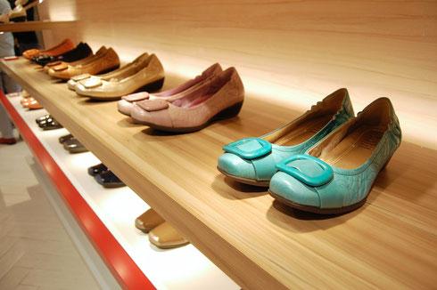 外反母趾にも優しい設計で長時間履いても疲れにくいと評判の靴ブランド「フィットフィット」。今シーズンは春らしい鮮やかな色の靴も多い。中心価格は1万2900〜1万4900円