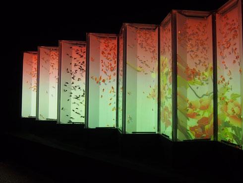 12面屏風にプロジェクションマッピングで季節の移り変わりを表し、そのなかを本物の金魚が泳ぐという、バーチャルとリアルの融合を実現した「ビョウブリウム2」