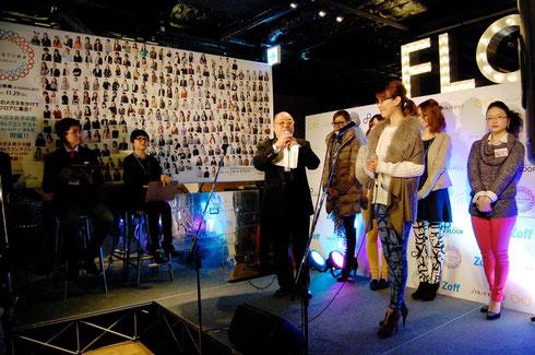 北館6階ウメキタフロアの特設ステージで行なわれた「メガネ女子の部 No.1コンテスト by Zoff x SHISEIDO」。最終審査に残ったファイナリスト5名が登場した