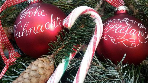 Geschenktipp Weihnachtsbaumkugel mit persönlichem Text kalligraphiert