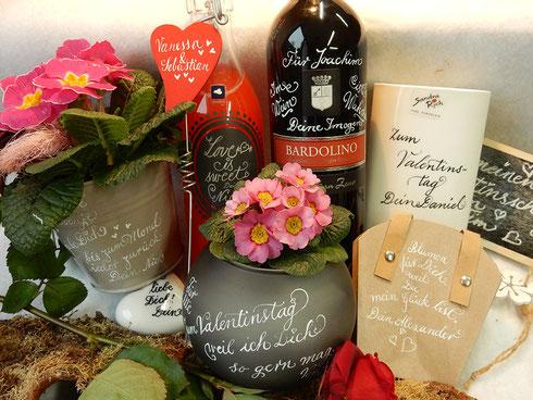Blumen und ihr Zubehör eignen sich prima als Aufmerksamkeiten am Valentinstag. Veredelt mit Kalligraphie ist Herzklopfen garantiert!