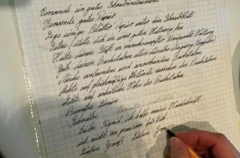 Handschrift verbessern: Die Workshopteilnehmer schreiben einen längeren Text