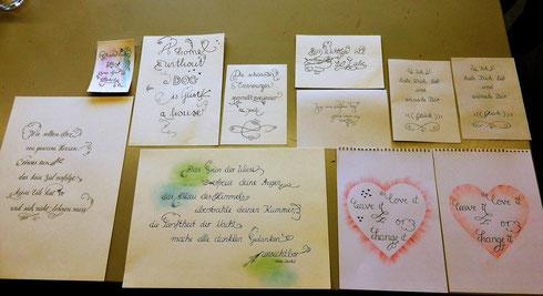 Verwendetes Kalligraphiematerial: Spitzfeder, EisengallustiVerschnörkelte Kalligraphien der Teilnehmerinnen am Ende des 1-tägigen Kursesnte, Copic Fineliner