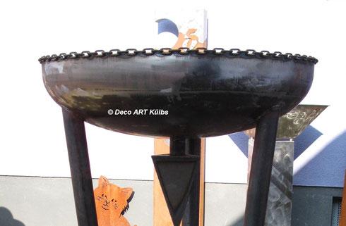 Säule die als Pflanzkübel oder als Feuerstelle nutzbar ist.