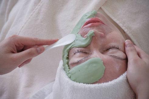 Haben Sie Hautprobleme? Dann kann ich ihnen als Fachkosmetikerin helfen und ihre Haut wieder ins Gelichgewicht bringen mit auf ihren Hautzustand abgestimmten Gesichtsbehandlungen.
