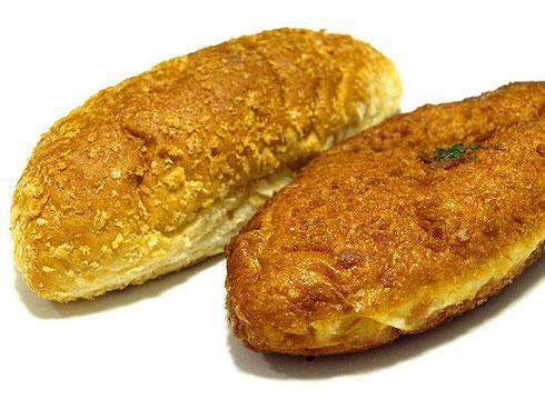 加須産の野菜、豚肉、米を詰め込んだ「加須カレーパン」(右)。ほかに加須産小麦使用のスナック「生パスタ カリッと揚げちゃいました」もおすすめ
