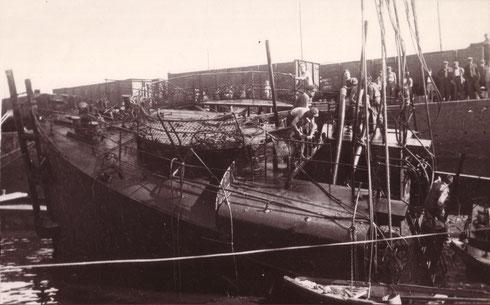 """Avant d'un chalutier armé en cours de renflouement dans le port de Rouen en 1944. Notez la forme du gaillard avant qui présente de fortes similitudes avec notre """"tunnel"""" situé à l'avant bâbord du Franken..."""