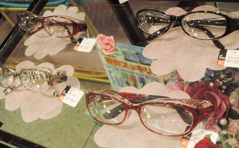 色合いがキレイなメガネ、メガネの腕の部分に柄が付いた、オシャレタイプもあります。