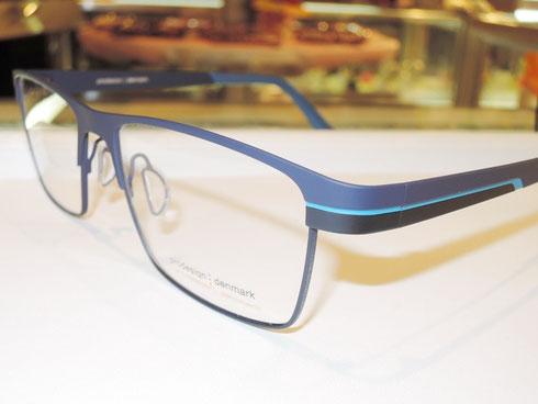 派手すぎる眼鏡は遠慮したい、スッと掛けられて違和感なく決まるメガネです。