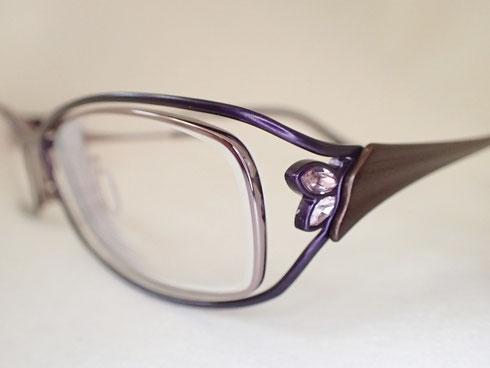 サイドに付いたスワロフスキーがキレイ。FaceFonts(フェイスフォント)のメガネをお買い上げいただきました
