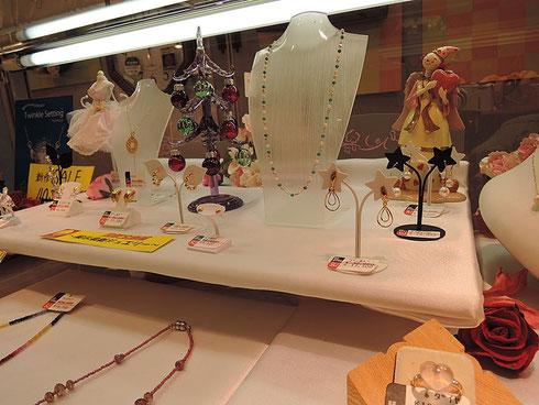 展示品の一部です。ただ今、ゴールドのイヤリングを多数ご用意。ピアスをされない方にオススメです