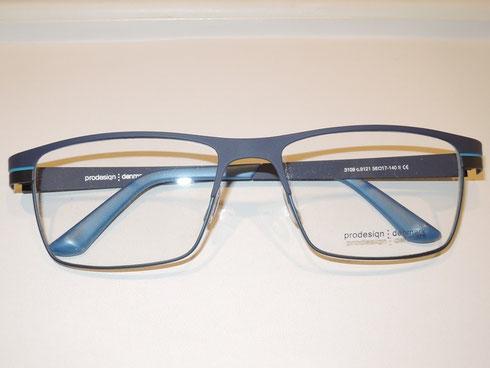 余計な飾りナシ。機能的なシンプルさがキレイなメガネ。