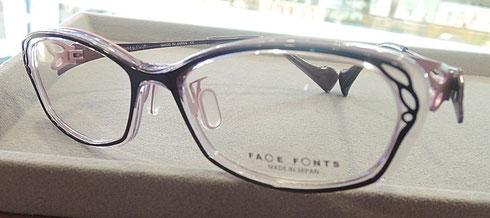 エレガントにかつ引き締まった表情を演出するメガネ。よくあるプラスチックフレームではメガネが強い印象を与えて個性的すぎてしまう。そんなお悩みを透明感ある樹脂素材を組み合わせて解消。淡い色合いでやさしいデザインになっています。
