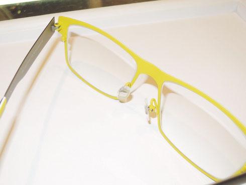 メガネを後ろから見ると、鮮やかな黄色。