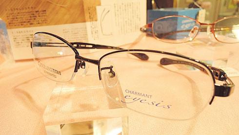 ズレにくいメガネとして当店でも大人気の「アイシス」に新たなシリーズ登場。場面に応じてかけ心地を簡単に変えられる眼鏡フレーム。さらに進化したアイシスに注目です。