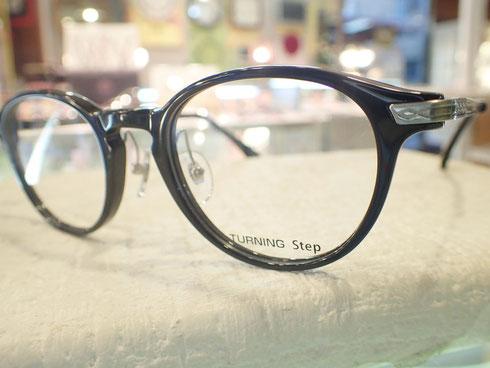 異動により人と接する機会が増えるということで、メガネもイメージチェンジ。仕事を頑張る女性に似合う「ターニング」