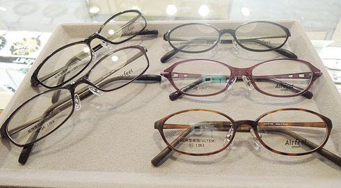 薄型で汚れ防止コート・UVカット付きレンズをいれて、メガネ一式¥16,700(税抜)でご案内できます。(価格は参考価格です。オプションやレンズの種類によって価格が変わる場合があります。)