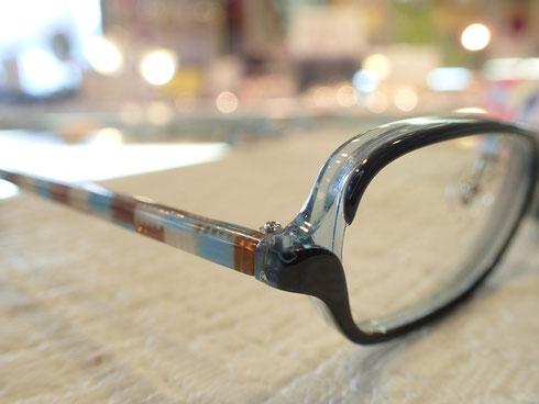 メガネは顔に着けるもの。置いてある姿だけで判断するのは早とちりです。