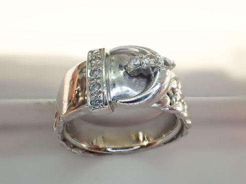 石が無くなってしまい、すっぽりと穴が開いてしまっている指輪