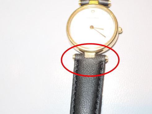 革ベルト取付方法が普通の腕時計と違うタイプ。バンド交換には加工が必要です