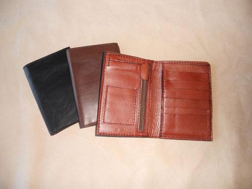 Portefeuille grand modèle, 15*10 cm, deux poches papiers d'identité, une poche pièces de monnaie, six poches cartes de crédit, une poche billets, 50 euros. petit modèle 36 euros.