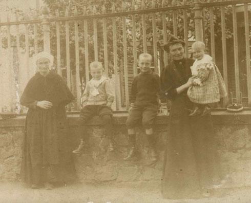 De gauche à droite : Marie Reine VITEL en coiffe de Lannebert, ses petits-fils Paul et René CREHALET, sa fille Anne Louise JEAN (épouse CREHALET), son petit-fils Jean CREHALET. Photo prise vers 1912 à St-Brieuc.