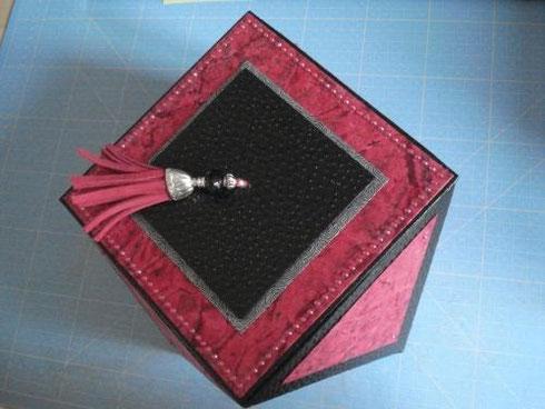 Jolies boîtes décorées de pompons