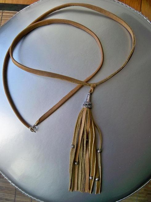 Pompon pendentif de 13 cm de hauteur sur lien de 54 cm - 15.00 €