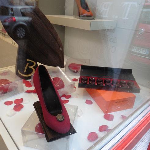 Ein Schuh aus Schockolade - das hilft doch sicher gegen Wetter-Depressionen