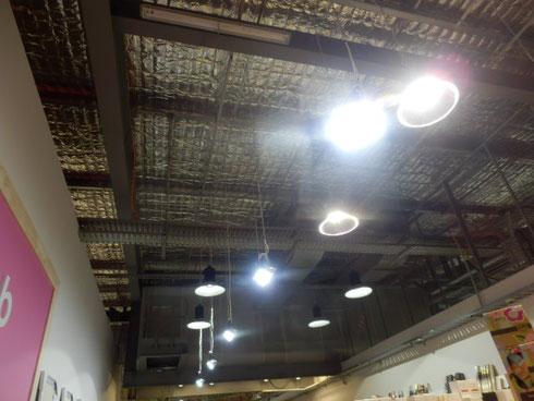 断熱材を露出させた天井
