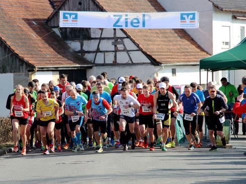 Blick auf das Starterfeld beim Hauptlauf um Sieger Alexander Finsel in der Bildmitte (Startnummer 623)