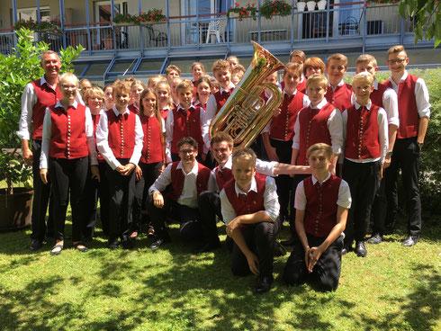 Freuen sich über die neue Tuba: die Mitglieder der Jugendkapelle. Foto: Förderverein