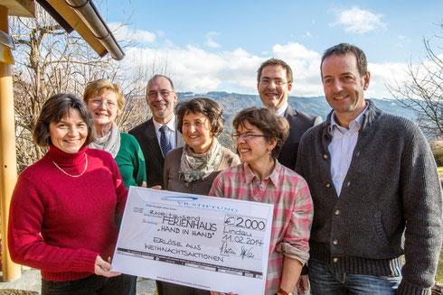 """VR-Stiftung übergibt Scheck an Ferienhaus """"Hand in Hand"""""""